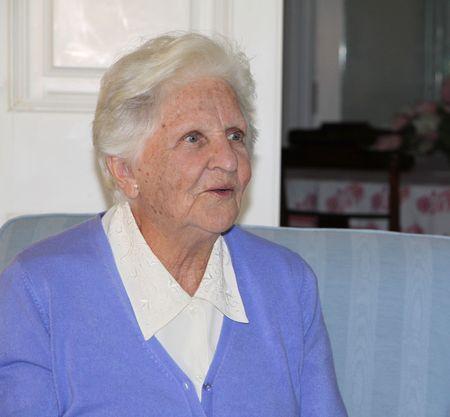 una donna anziana indoeuropea attraente