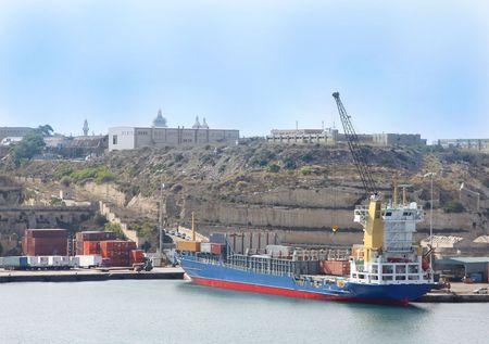un recipiente contenitore con merci caricate su di esso nel porto