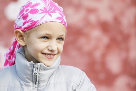 hermosa niña caucásica usando un pañuelo de cabeza debido a la pérdida de cabello de quimioterapia que lucha contra el cáncer  Foto de archivo