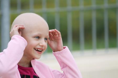 calvo: hermosa niña caucásica sometidos a tratamiento de quimioterapia para el cáncer en el riñón