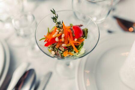 pinoli: insalata vegetariana sana con pinoli e verdure verdi