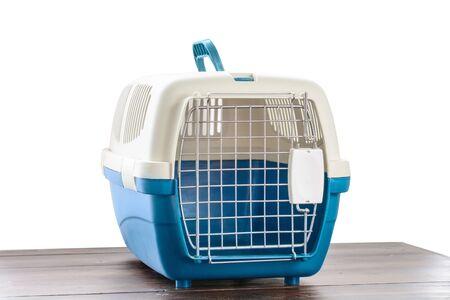 Cage en plastique transportant pour chiens et chats isolés sur blanc. Transport de voyage, clinique vétérinaire et concept de soins pour animaux de compagnie Banque d'images