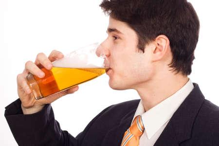 man drinkt bier: Jonge man drinken van bier - geïsoleerd op wit