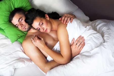 łóżko: MÅ'ody romantyczny spania para w łóżku