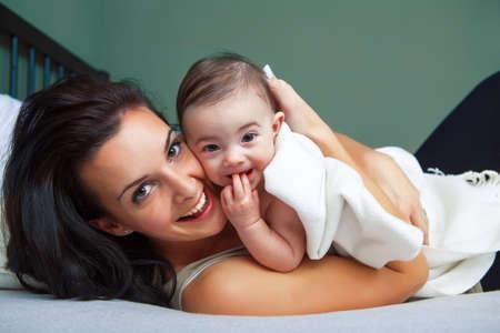 madre y bebe: Retrato de mujer joven feliz con su bebé Foto de archivo