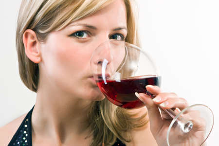vino: Young woman drinking red wine