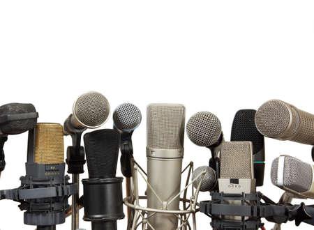 hablar en publico: Micrófonos de conferencias para reuniones en el fondo blanco Foto de archivo