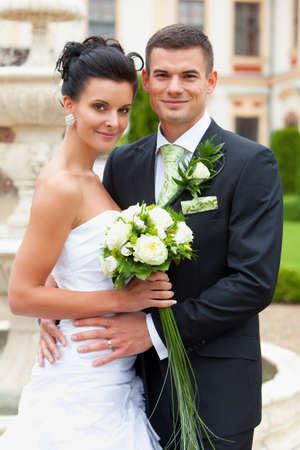 recien casados: Feliz pareja de jóvenes recién casados ??- día de la boda