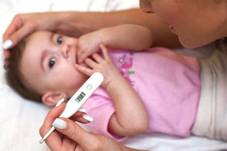 bebe enfermo: Beb� enfermo que se comprueba por la enfermedad y la fiebre.