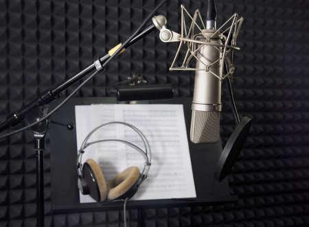 Condensatormicrofoon in vocale opnameruimte Stockfoto