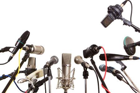 entrevista: Micr�fonos de la reuni�n Conferencia preparan para el transmisor - aislados en fondo blanco