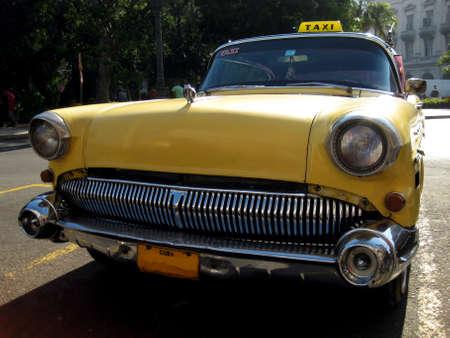 Amarillo viejo taxi Buick en Cuba la Habana
