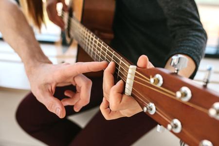 Apprendre à jouer de la guitare. Éducation musicale. Banque d'images