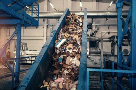 Afvalverwerkingsinstallatie. Technologisch proces. Recycling en opslag van afval voor verdere verwijdering. Bedrijf voor sorteren en verwerken van afval. Stockfoto