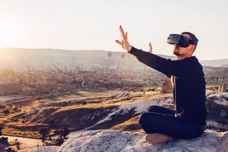 L'uomo con gli occhiali della realtà virtuale. Concetto di tecnologia del futuro. Moderna tecnologia di imaging. Archivio Fotografico - 81165464