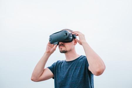 De man met een bril van virtual reality. Toekomstig technologieconcept. Moderne beeldtechnologie.