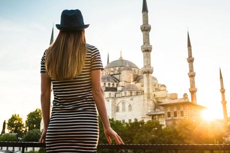 이스탄불, 터키에서 세계적으로 유명한 푸른 모스크 술탄 아가에 아름 다운 그림을 가진 젊은 관광 소녀 호텔 테라스에서 보인다. 여행, 관광, 휴식, 휴