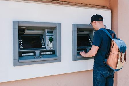 観光客は、さらに旅行のための ATM からお金を撤回します。金融・ クレジット カード ・お金の撤退。ライフ スタイル。旅。休暇。
