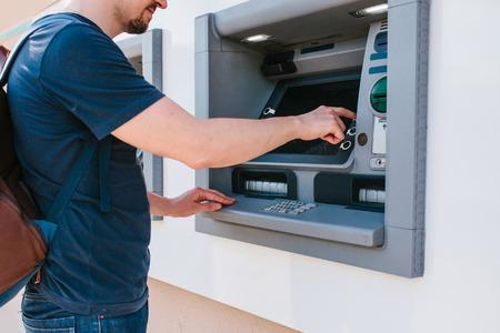El Turista Retira Dinero Del Cajero Automático Para Continuar El ...