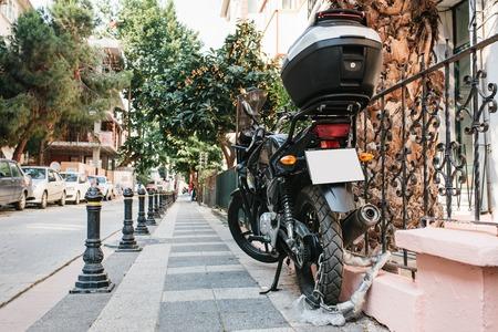Der Motorrad ist auf der Straße geparkt und in einem speziellen Schloss gegen interaktive . Sicherheit und Wartung des Verbrechens Standard-Bild - 82252296