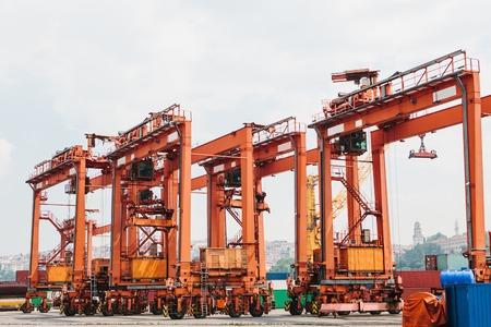 産業は、イスタンブール、トルコのボスポラス海峡の海上輸送の荷役とドッキングします。輸送・保管事業。