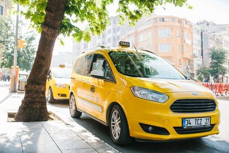 Istanbul, 11 juni 2017: Een traditionele gele taxi op straat in het Fatih-district van Istanboel, Turkije. Stedelijke levensstijl. Vervoer van passagiers. Wachten op klanten. Een bedrijf.