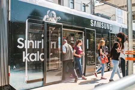 Estambul, 15 de junio de 2017: La gente sale de la puerta del automóvil del metro y va a una tienda cercana de Samsung y a su propio negocio. Todos los días de negocios. Rutina. Foto de archivo - 83452221