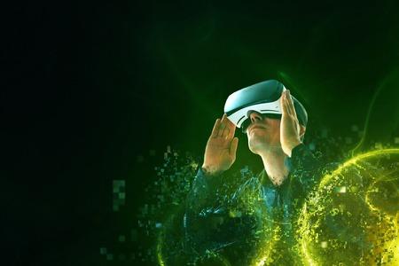 仮想の眼鏡の人は、ピクセルに飛ぶ。仮想現実の眼鏡の男。将来の技術コンセプト。モダンなイメージング技術。