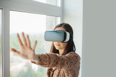 仮想現実の眼鏡を持つ若い女性。近代的な技術。将来の技術の概念。