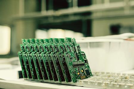 コンピュータ ボードは、スペア部品の生産のための工場で一列に並ぶ。近代的な技術。