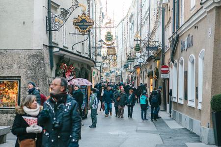 Autriche, salzbourg, 1er janvier 2017: rue getreidegasse. une rue pittoresque sur le territoire de la vieille ville, longtemps considérée comme le centre du commerce de Salzbourg. vacances de noël en europe.