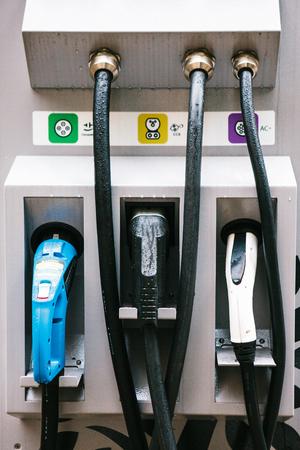 ベルリン、2017 年 10 月 1 日: 電気自動車の給油のための特別な場所。ヨーロッパで普及している輸送の近代的な環境にやさしいモード。