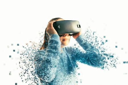 Uma pessoa em óculos virtuais voa para pixels. A mulher com óculos de realidade virtual. Futuro conceito de tecnologia. Tecnologia de imagem moderna. Fragmentado por pixels.