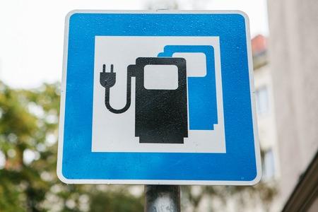 電気自動車を充電するための特別な場所を示す記号。輸送の近代的な環境にやさしいモード。
