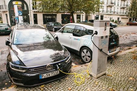 Berlijn, 2 oktober 2017: elektrische auto's worden opgeladen op een speciale plaats voor het opladen van elektrische voertuigen. Een moderne en milieuvriendelijke manier van vervoer die wijdverspreid is geworden in Europa.