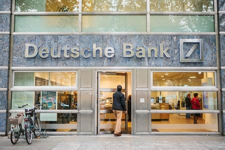 베를린, 2017 년 10 월 2 일 : 알 수없는 남자가 도이체 방크의 아름다운 유리 사무실로 걸어 들어갑니다.