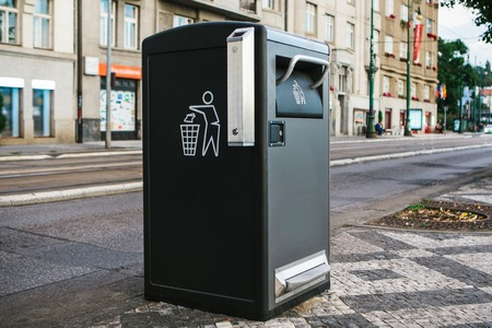 A modern smart trash can on the street in Prague in the Czech Republic. Collection of waste in Europe for subsequent disposal. Eco-friendly waste collection. Standard-Bild