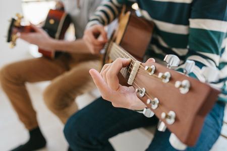 기타 연주하기. 음악 교육 및 과외 수업. 기타 연주 및 노래 부르기에 대한 취미 및 열정. 재미를 느끼기 위해.
