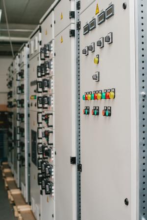Vervaardiging van laagspanningskasten. Moderne slimme technologieën in de elektriciteitsindustrie. Het gebruik van elektrische energie in de industrie. Stockfoto - 95980621