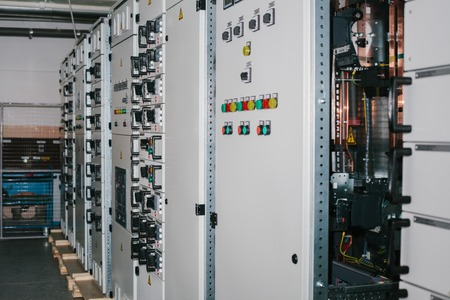 Manufacture of low-voltage cabinets. Modern smart technologies in the electric power industry. The use of electrical energy in industry. Stockfoto