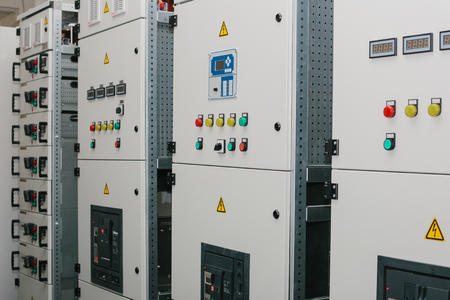 Manufacture of low-voltage cabinets. Modern smart technologies in the electric power industry. The use of electrical energy in industry. Foto de archivo