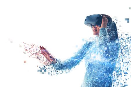 Eine Person in einer virtuellen Brille fliegt zu Pixeln. Die Frau mit Brille der virtuellen Realität. Zukunftstechnologie-Konzept. Moderne Bildgebungstechnologie. Durch Pixel fragmentiert. Standard-Bild