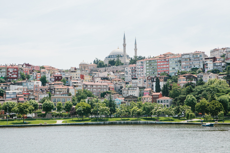 A beautiful view of the houses and the mosque in Istanbul in Turkey from the side of the Bosphorus 스톡 콘텐츠