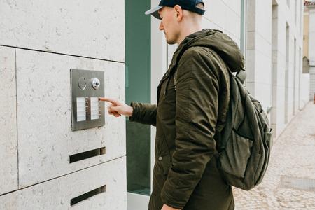 Un residente locale o un turista maschio fa clic sul pulsante del citofono o chiama il citofono. Arrivo e chiamata di strada in camera