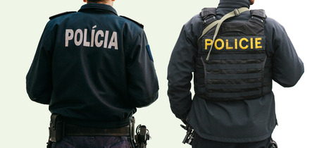 Na białym tle zestaw policjantów z plecami w specjalnej odzieży z napisem Police na jednym z nich w języku czeskim, a na drugim w języku portugalskim i słowackim