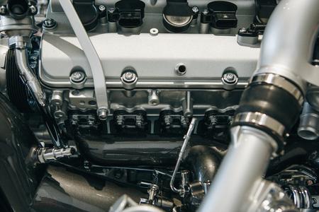 Un primo piano del motore dell'auto o del motore all'interno. Sfondo tecnologico
