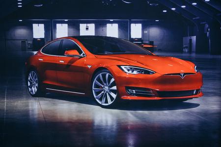 Berlijn, 29 augustus 2018: Foto van het beeld van een elektrisch voertuig Tesla op de Tesla Motor Show in Berlijn. Een moderne elektrische auto. Redactioneel