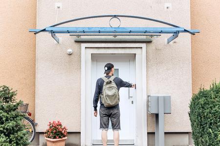 Der Tourist klingelt an der Tür, um in das von ihm gebuchte Zimmer einzuchecken, oder der Student mit dem Rucksack kehrt nach dem Unterricht am Institut oder im Urlaub nach Hause zurück.