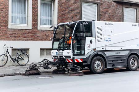 Deutschland, Münster, 5. Oktober 2018: Ein spezieller LKW oder Straßenreinigungsfahrzeug fährt die Straße entlang und reinigt die Straße von Schmutz und Staub. Editorial