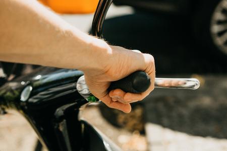 Le touriste va utiliser un scooter électrique. Gros plan sur la main. Véhicule populaire à Berlin en Allemagne.